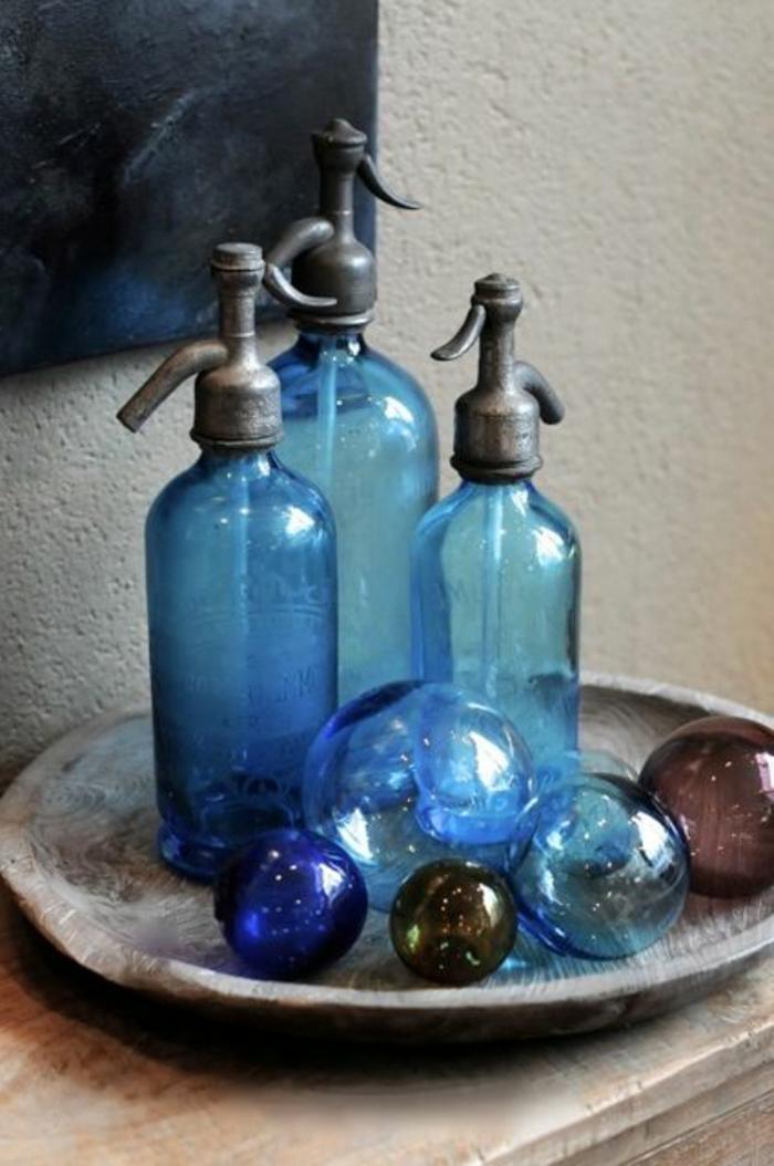 blaues-glas-viele-flaschen