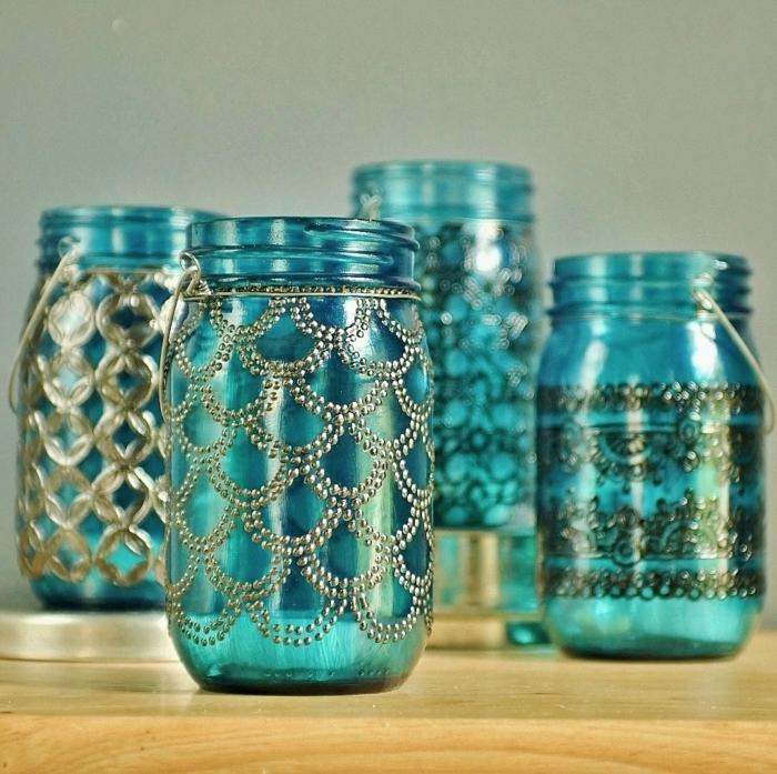 blaues-glas-vier-flaschen