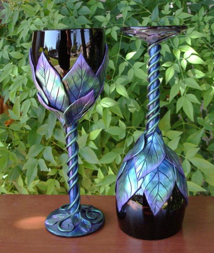 blaues-glas-weingläser-mit-dekorativen-ornamenten