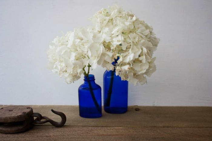 blaues-glas-zwei-herrliche-flaschen