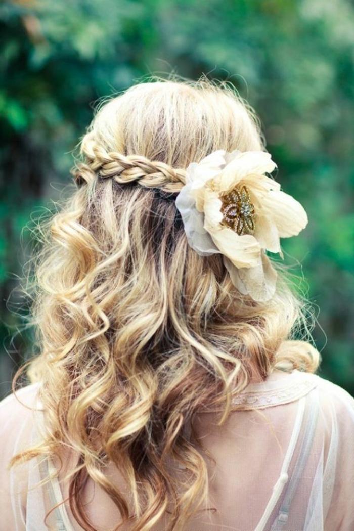 brautfrisur-mit-blumen-blond-und-attraktiv