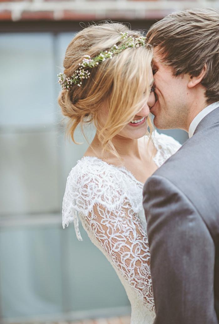 brautfrisur-mit-blumen-braut-und-bräutigam-küssen-sich