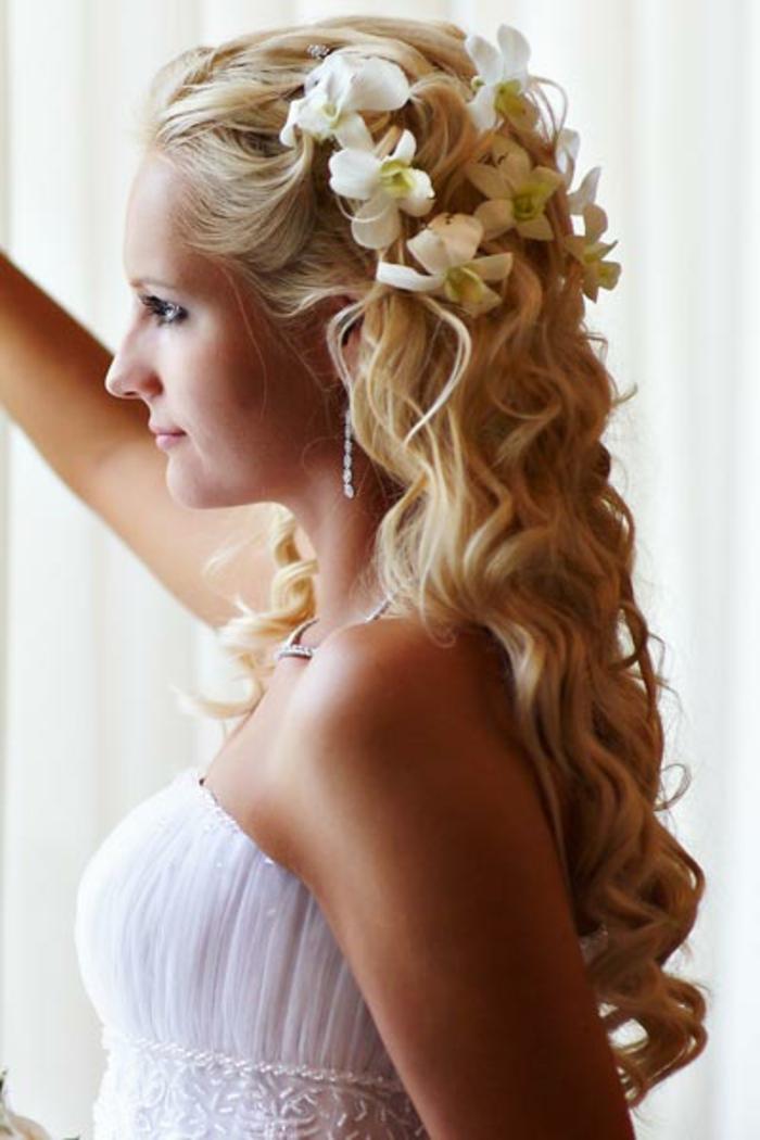 brautfrisur-mit-blumen-lange-lockige-haare-blond