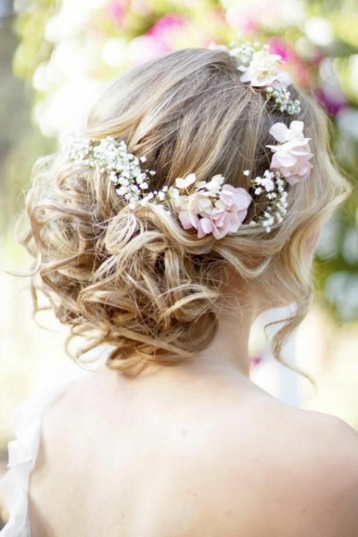 brautfrisur-mit-blumen-schöne-blonde-haare