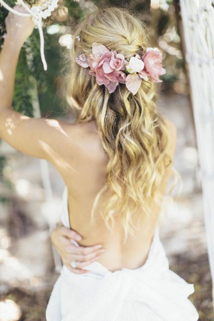 brautfrisur-mit-blumen-schöne-lockige-blonde-haare