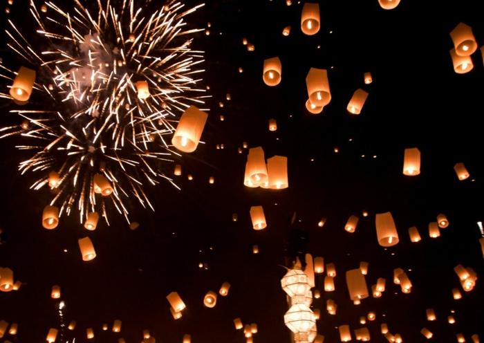chinesiche-Laternen-Feuerwerke-Abend-Himmel-Leuchten