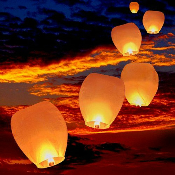 Fliegende-Laternen-Himmel-Sonnenuntergang