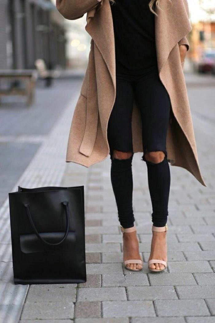 coole-Sandalen-Absatz-Körperfarbe-zerrissene-Leggings-schwarz-beige.Mantel-schwarze-Tasche