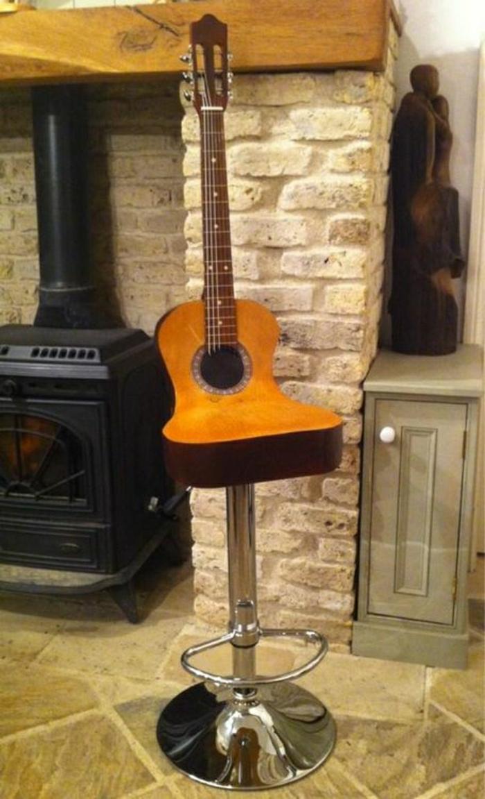 das-Musikinstrument-Gitarre-Stuhl-modern-originelle-Idee-Ziegelwände-Kamin