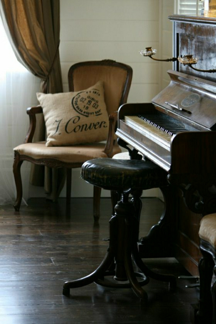 das-Musikinstrument-Klavier-alt-Leder-Hocker-Stuhl-Kissen-Gardinen-aristokratisch