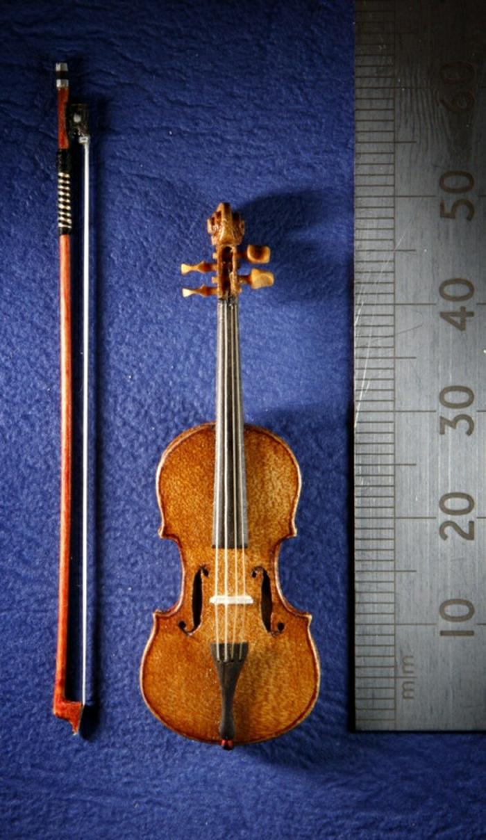 das-Musikinstrument-Violine-Miniatur-elegant-aristokratisch