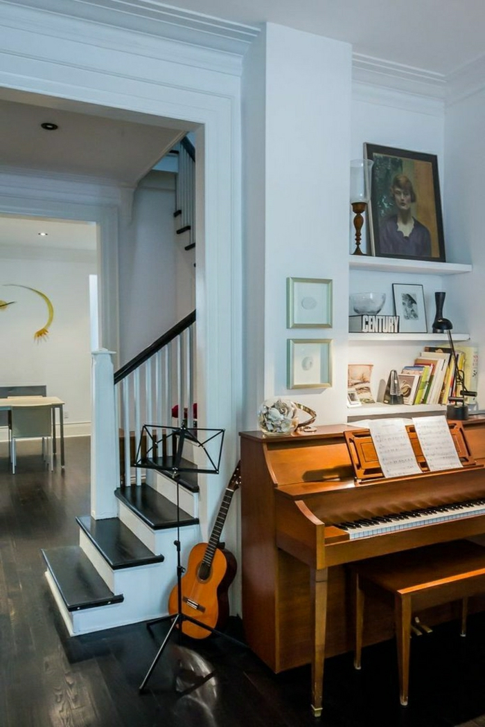 das-Musikinstrument-zu-Hause-Klavier-Gitarre-Treppen-weiße-Wände-Bilder-art