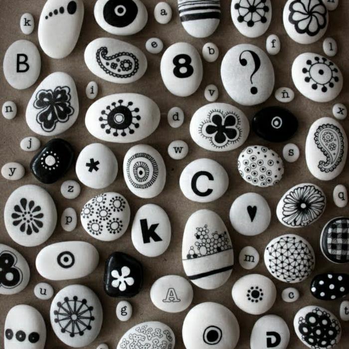 dekorierte-Steine-schwarz-weiß-Buchstaben-Zeichnungen