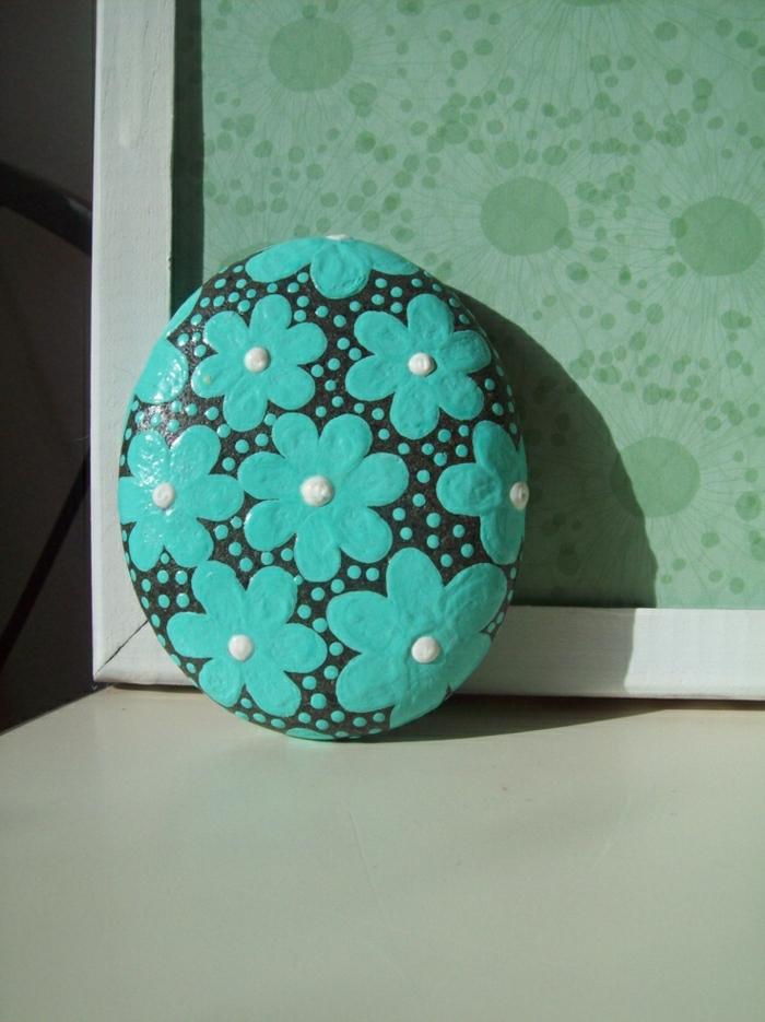 dekorierter-Stein-bemalt-Gänseblumen-Minze-Farbe