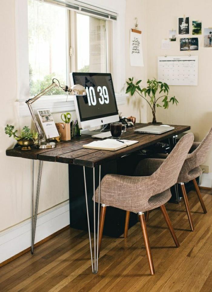 deppelter-Schreibtisch-hölzerne-Tischplatte-Metallbeine-Textilstühle-Pflanzen-Computer-Leselampe-Fenster-Fotos