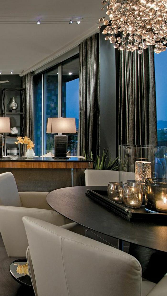 elegante-Wohnzimmer-Gestaltung-exquisit-grau-Gläser-Kerzen-Designer-Kronleuchter-stilvolle-Gardinen