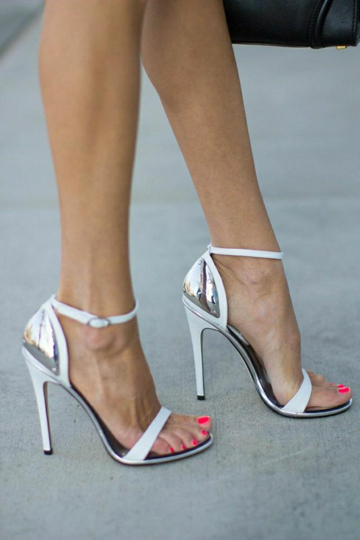 elegante-weiße-Sandalen-Absatz-Metall-Elemente-grell-rosa-Nagellack-schwarze-Tasche