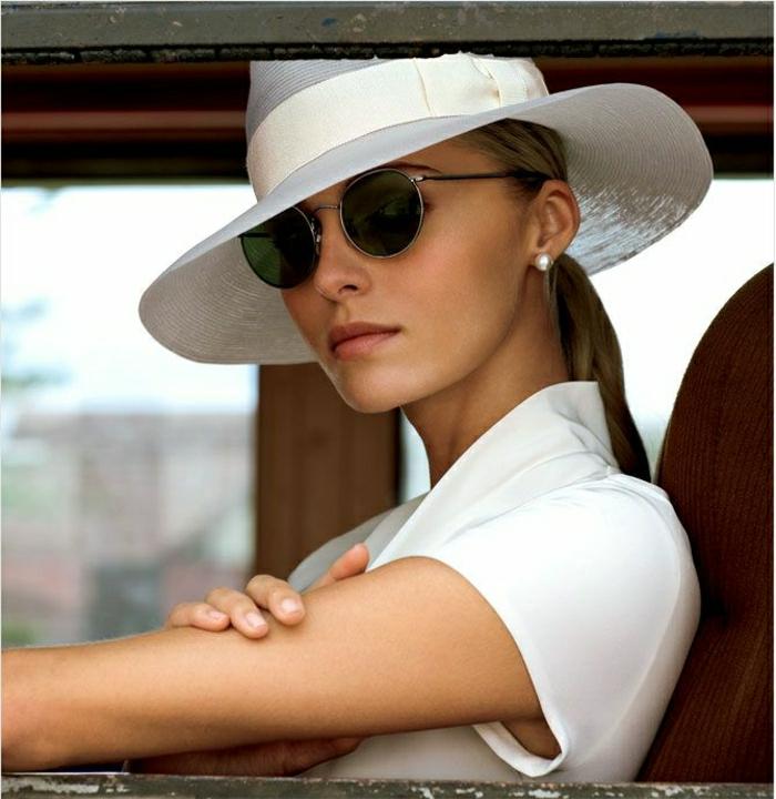 eleganter-Outfit-weiß-Strohhut-Damen-Hemd-retro-Sonnenbrille