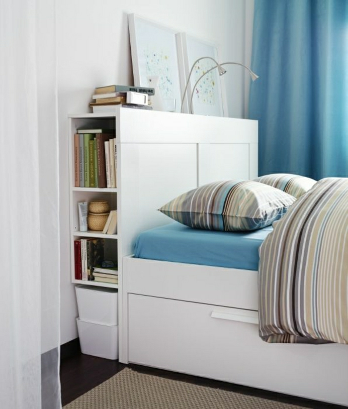 elegantes-Schlafzimmer-weißes-Bett-mit-Schubladen-Bücher-Bilder