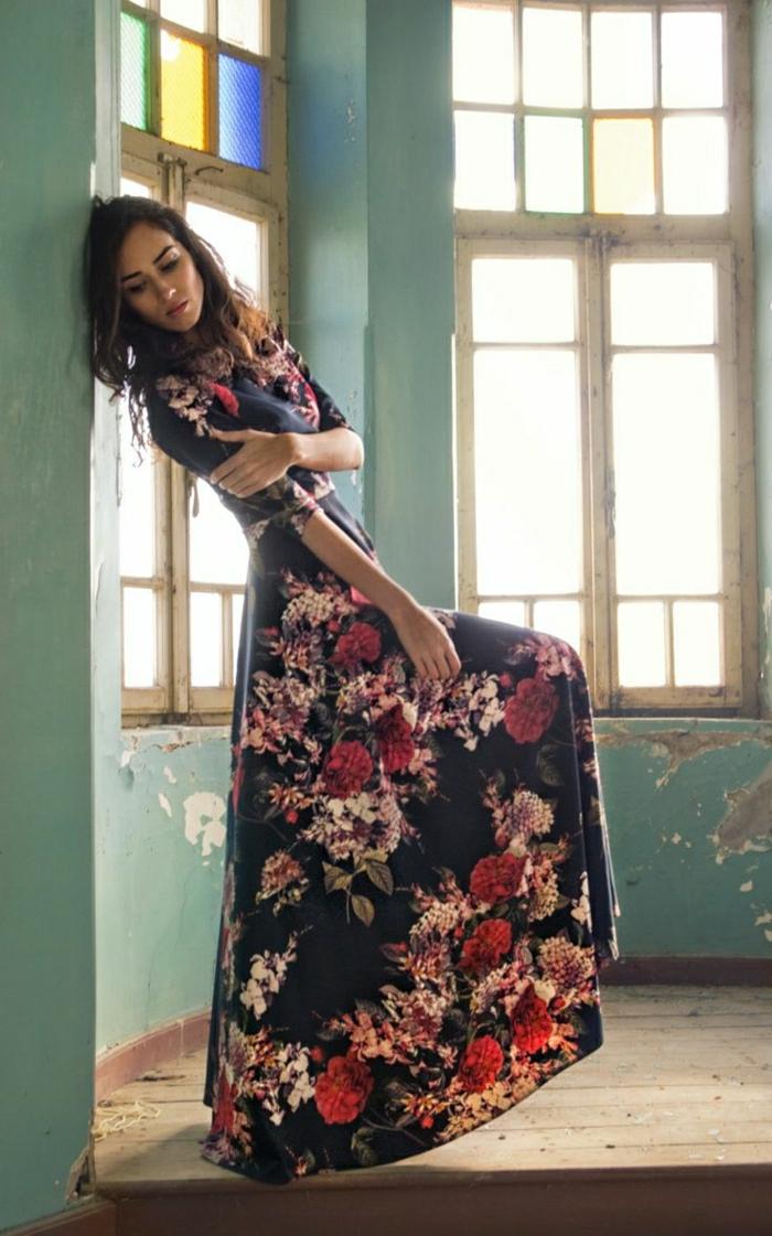 elegantes-langes-Sommerkleid-schwarze-Grundfarbe-Blumen-Muster