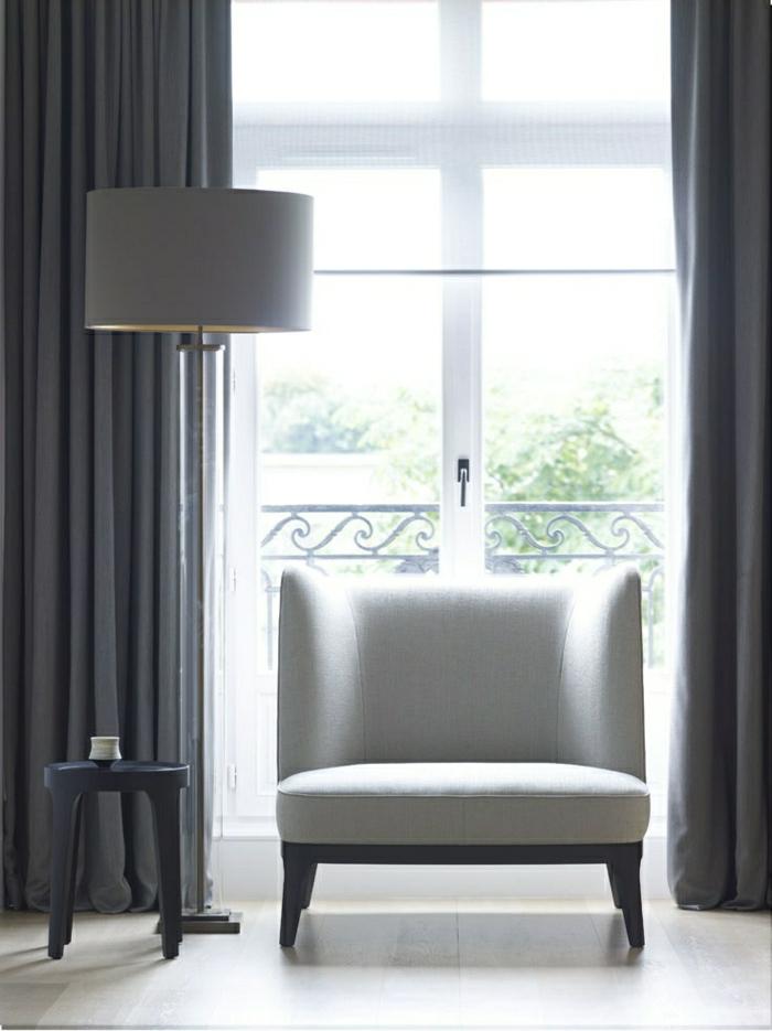 elegantes-minimalistisches-Design-grau-Grafit-Farbe-Stehlampe-kleiner-Tisch-Sessel-Balkon-Vorhänge