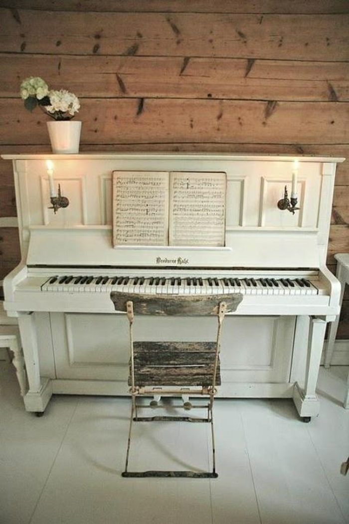 elegantes-weißes-vintage-Klavier-Blumentopf-Notenblätter-alter-Stuhl