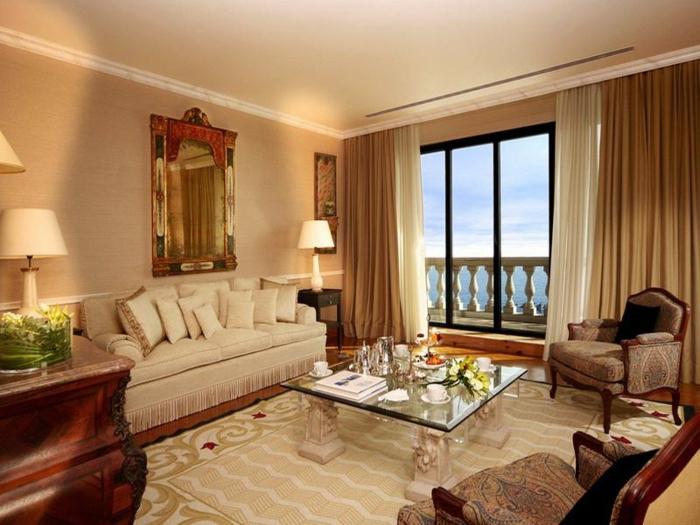 elegantes-wohnzimmer-großes-fenster