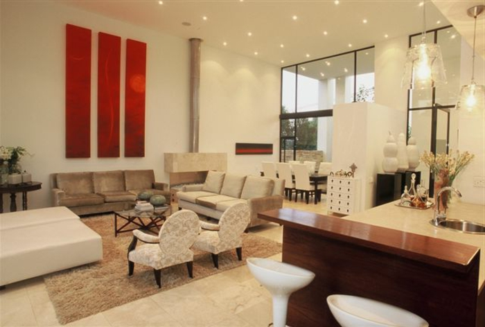 wohnzimmer rote wand:elegantes-wohnzimmer-rote-akzente-an-der-wand
