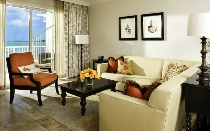 elegantes-wohnzimmer-zwei-kleine-quadratische-bilder