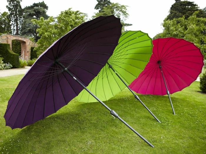 farbige-Gartenschirme-schwarz-grün-rosa-Gras