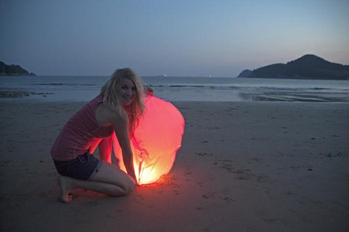 fliegende-Laterne-Mädchen-Strand-Sand-Meer