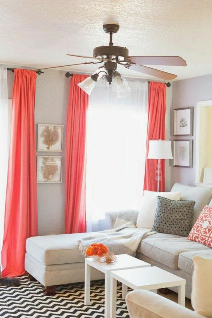 gemütliches-Wohnzimmer-Pastellfarben-graphischer-Teppich-Gardinen-Bettwäsche-Koralle-Farbe