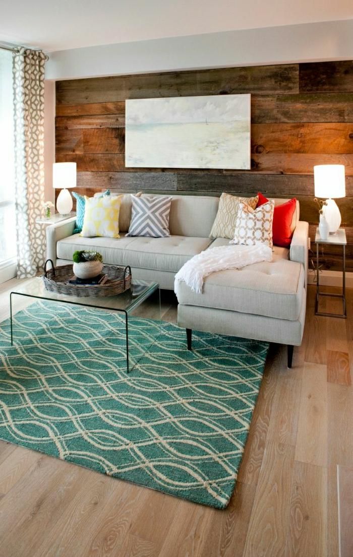 gemütliches-Wohnzimmer-rustikaler-Stil-hölzerne-Wand-beige-Sofa-Gardinen-goldene-Ornamente