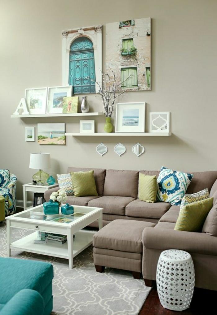 gemütliches-Wohnzimmer-türkis-Farbe-Akzente-Wanddekoration-Leinwandbild-Regale-Bilder