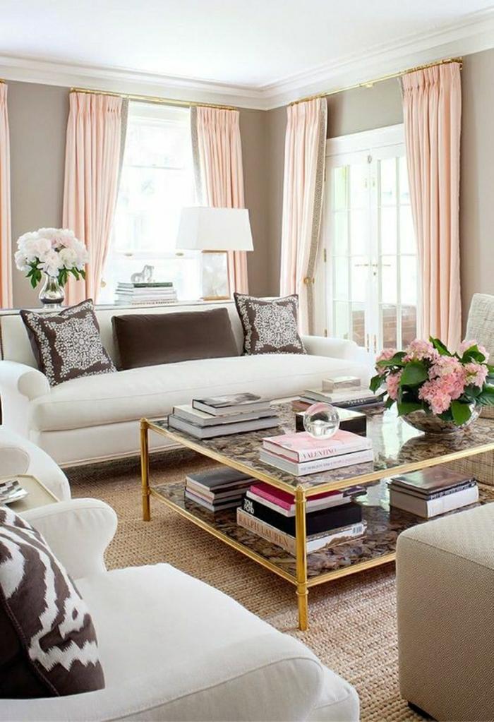 geordnetes-Wohnzimmer-stilvoll-rosa-weiße-Blumen-Sofa-Sessel-Couchtisch-bleich-rosa-Gardinen