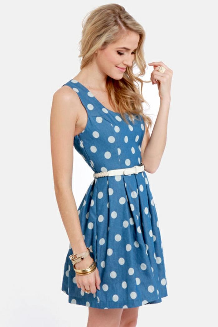 gepunktetes-kleid-blaue-farbe-tolles-aussehen
