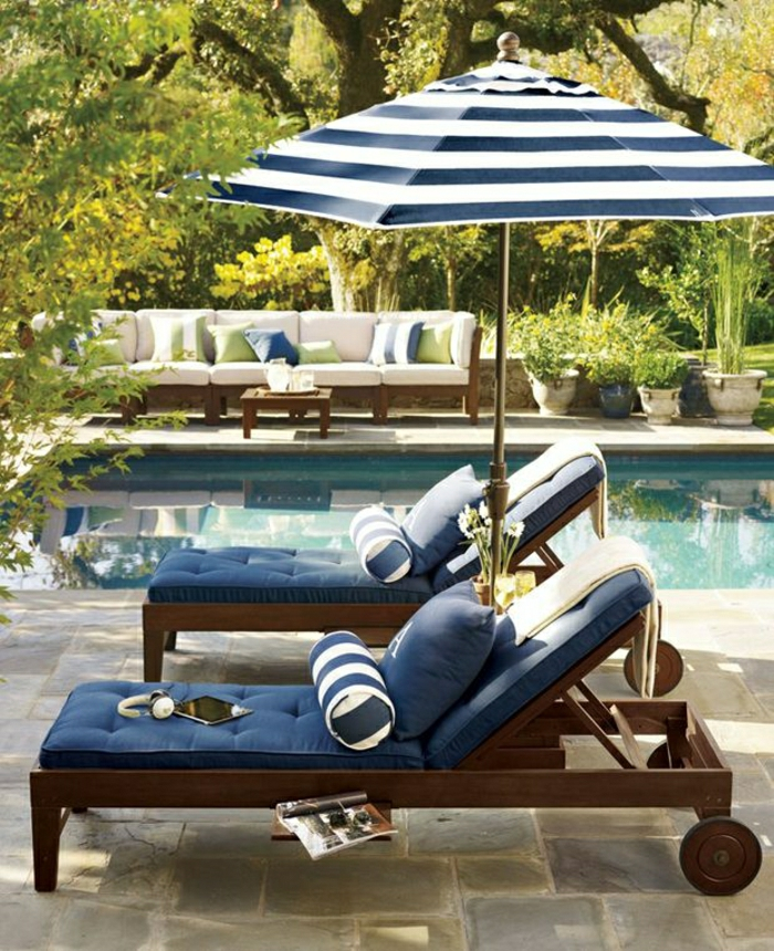 gestreifter-Sonnenschirm-Garten-Liegestühle-Pool