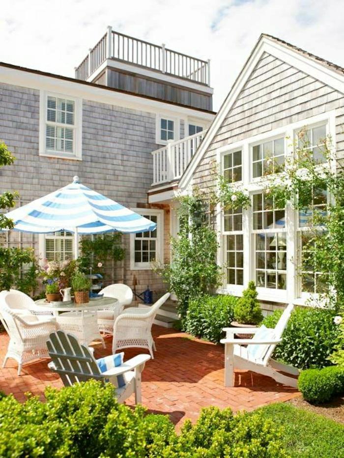 gestreifter-Sonnenschirm-Garten-weiß-blau-Gartenmöbel-Haus-Grün-moderne-Gestaltung