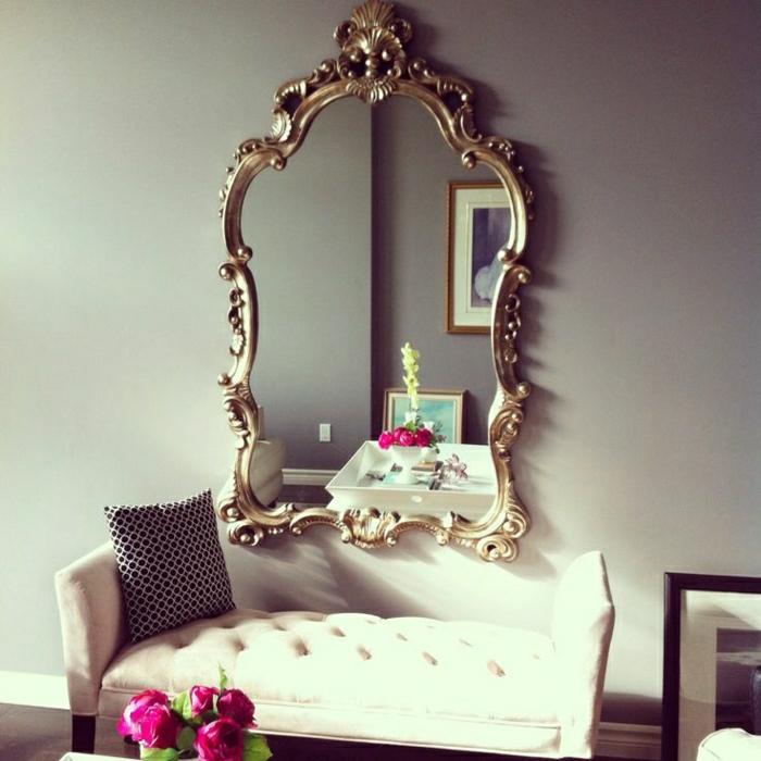 goldener-vintage-Rahmen-Spiegel-aristokratisch-Sofa-Kisse-graphisch-Rosen