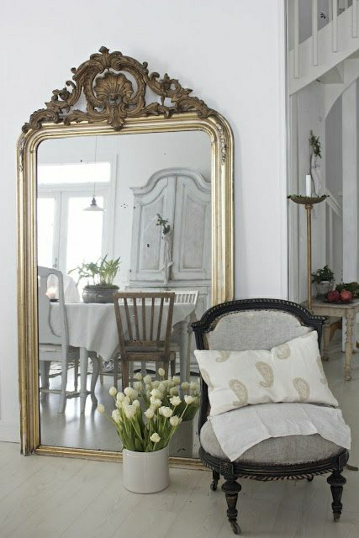 goldener-vintage-Spiegel-Rahmen-Eimer-weiße-Tulpen-aristokratischer-Stuhl-Kisse