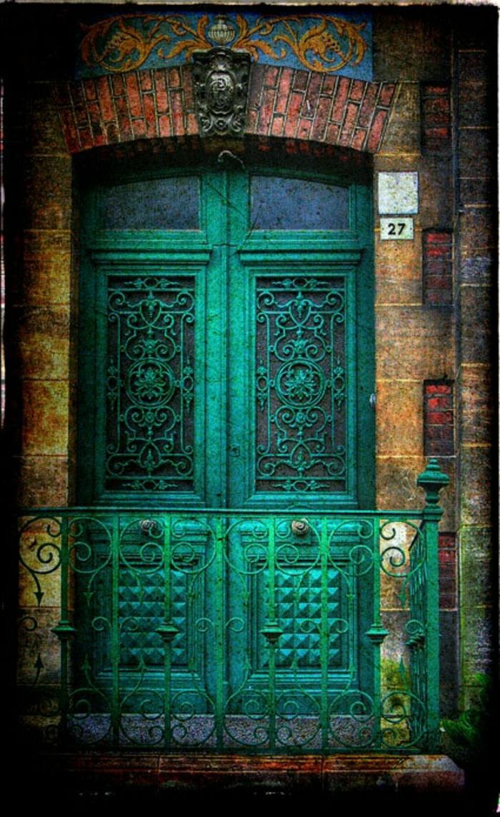 grüne-Haustür-vintage-Mittelosten-Stil-Zaun-Ornamente-Glas-Ziegelgebäude