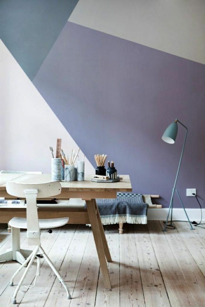 graphische-Wand-drei-Farben-hölzerner-Schreibtisch-simpel-Metall-Stuhl-industrieller-Stil-Leselampe