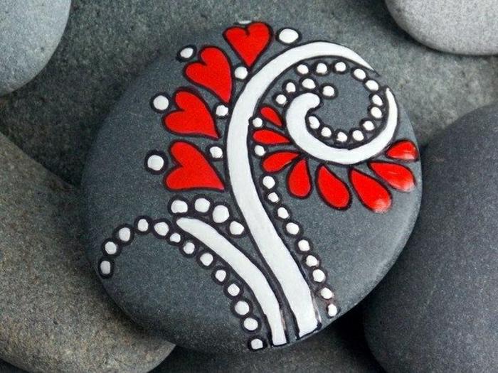 graue-Steine-bemalte-rot-weiße-Dekoration-Herzen