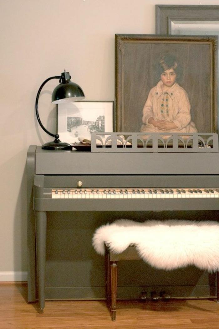 graues-Klavier-industrielle-Lampe-Bild-Portrait-Kind-Hocker-Schafspelz