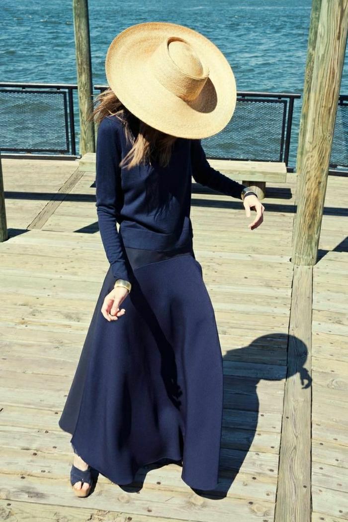 großer-Hut-Krempe-Sommer-Meer-langes-blaues-Kleid