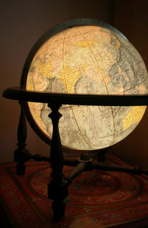 großer-beleuchteter-Globus-Holzständer