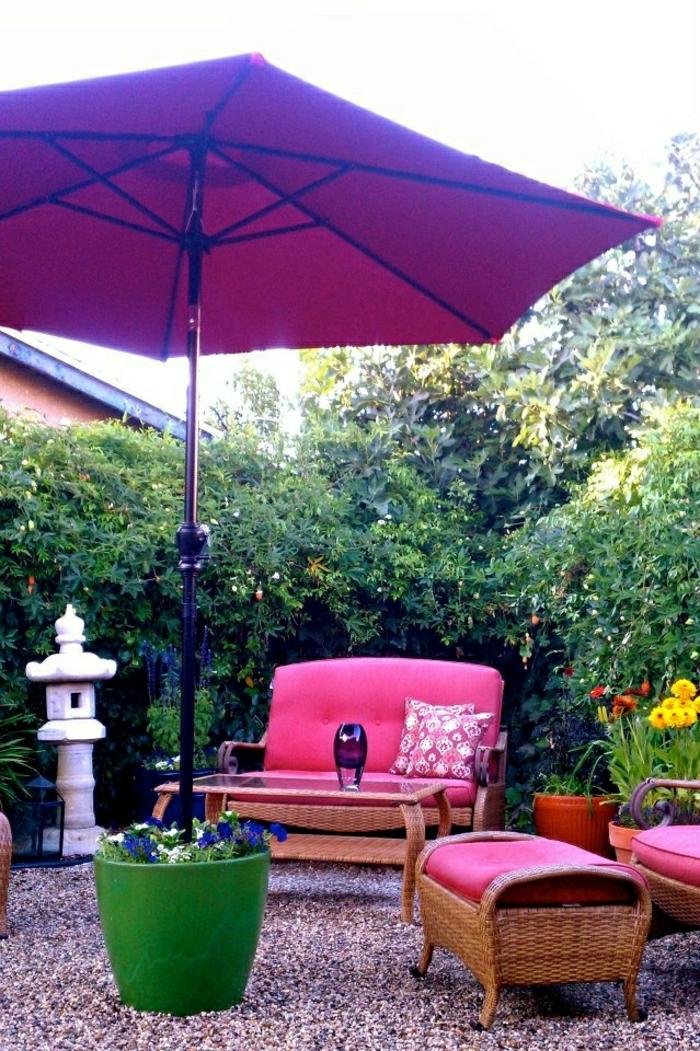 großer-lila-Gartenschirm-Blumentopf-rosige-Gartenmöbel-Rattan-dekorative-Steine
