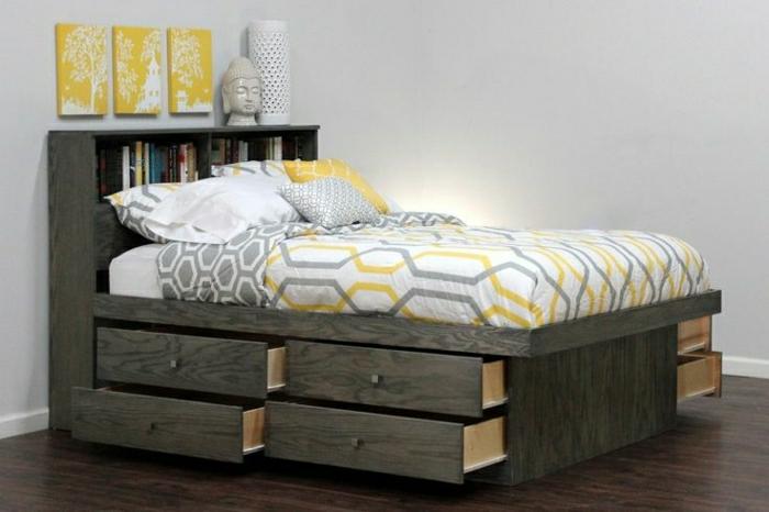 hölzernes-Bett-Schubladen-Bettwäsche-weiß-grau-gelb-Keramik-Lampe-gelbe-Bilder-Bücher
