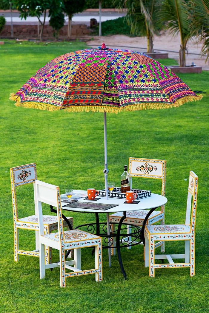 handgemachter-Sonnenschirm-Garten-vintage-Möbel-Orient-Polka-Dot-Kaffeetassen-Gras-Palmen