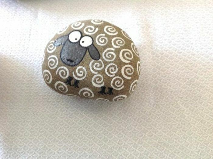 handgemalter-Stein-Schaf-Zeichnung-süß-lustig